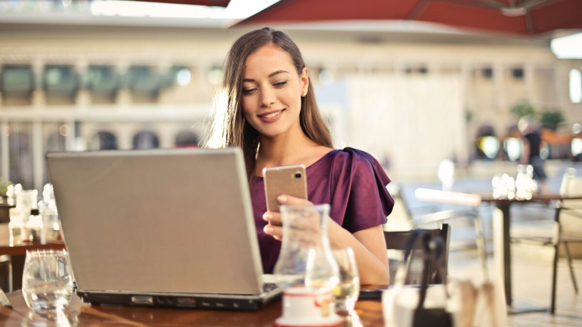 blog image - positive reviews - girl on computer at restaurant